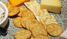crackers n cheese-2382401_960_720_pixabay_cropped
