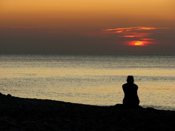 sitting waiting sea sunset-1342101_960_720_pixabay