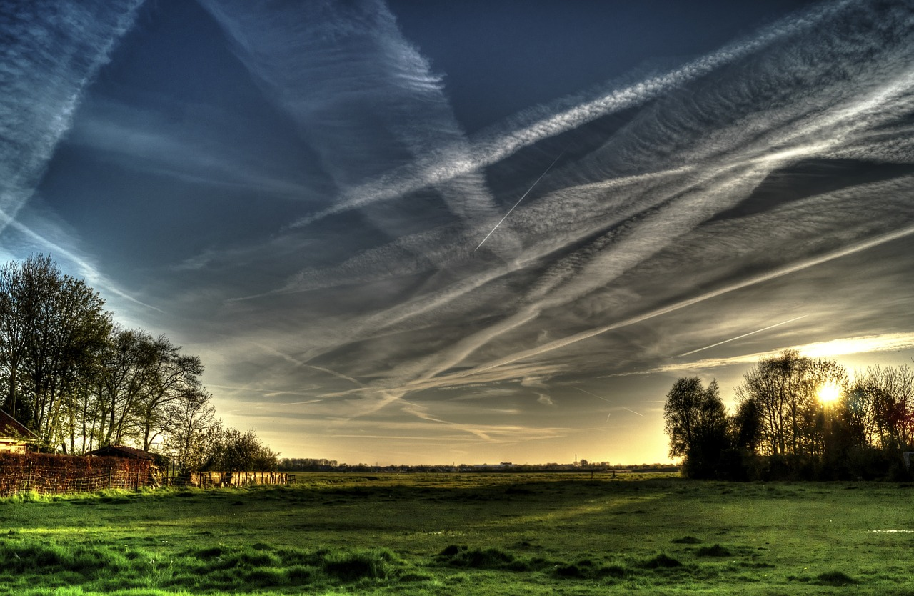 sky n contrails_countryside-384624_1280_Skitterians_pixabay