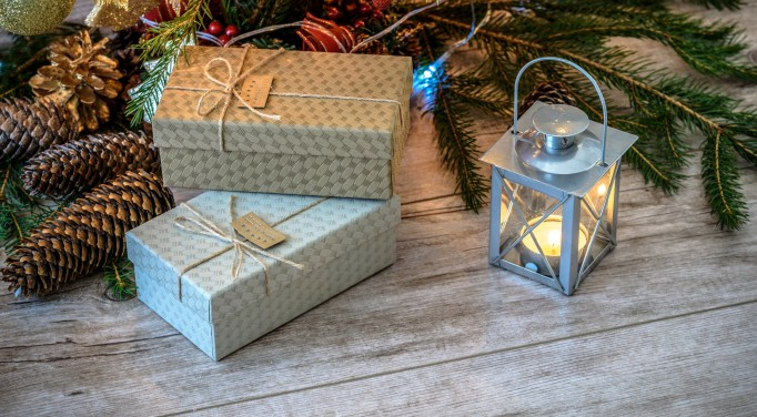 gifts boxes candle_pexels_cropped