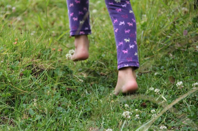 child_barefoot-482747_1280_Zayda C_Pixabay
